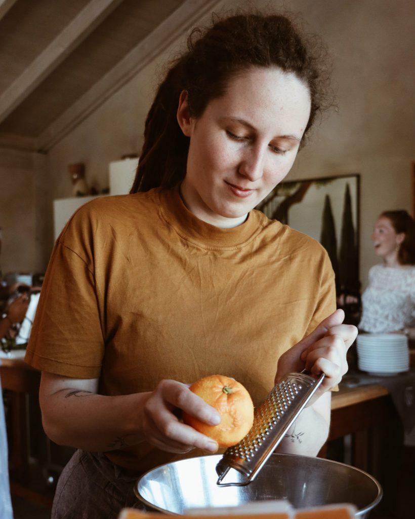 Ich beim Orange reiben