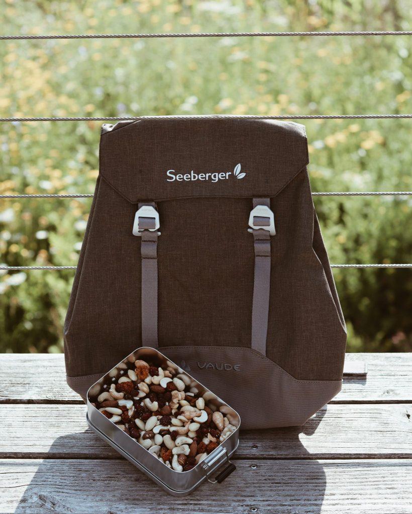 Seeberger Rucksack und Nüsse