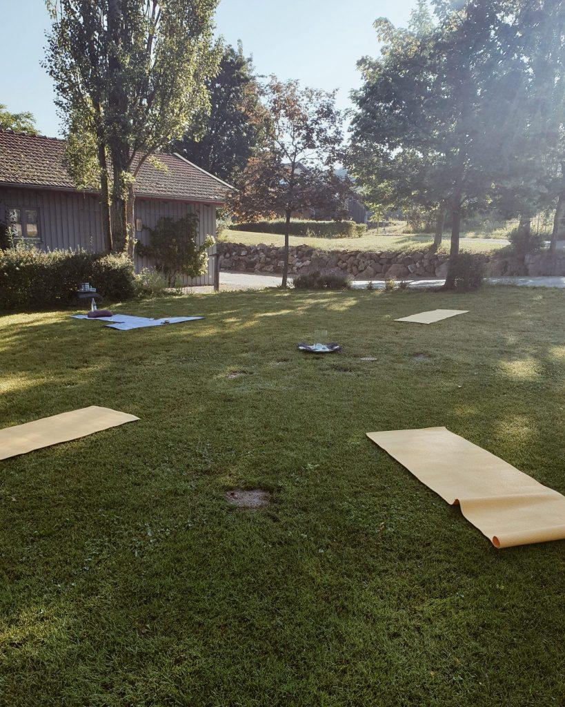 Yoga in der Natur mit Seeberger und Storykitchen