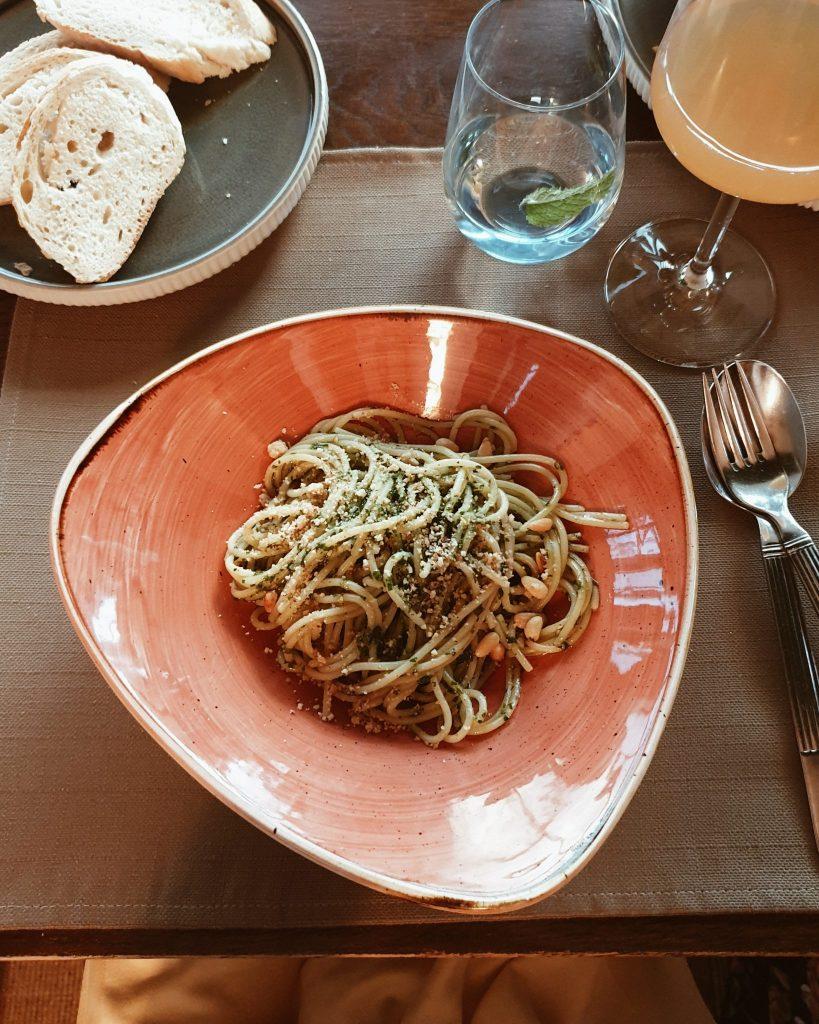 Pasta mit einer Pesto aus Gartenkräuter des Hofguts