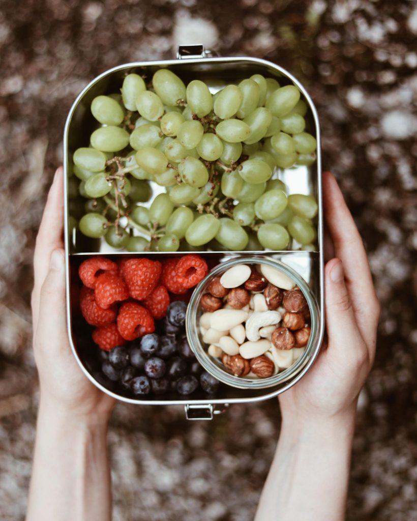 Nachhaltige Brotzeitbox mit Obst und Nüssen