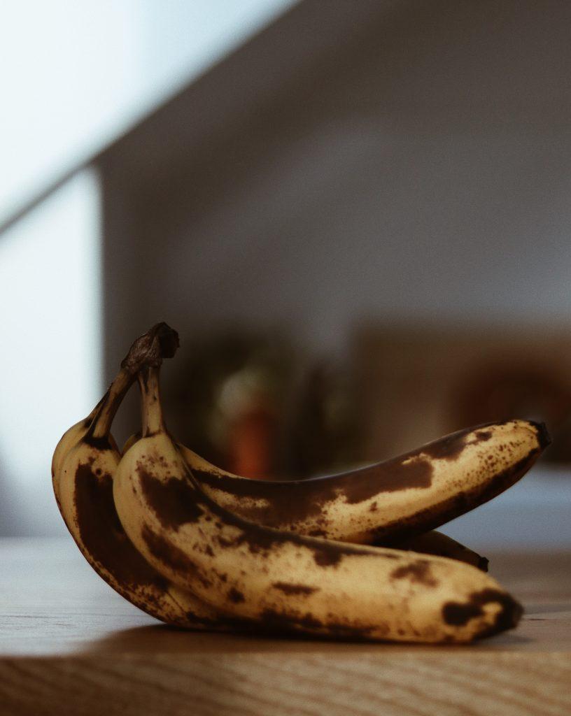 Reife Bananen mit braunen Stellen.