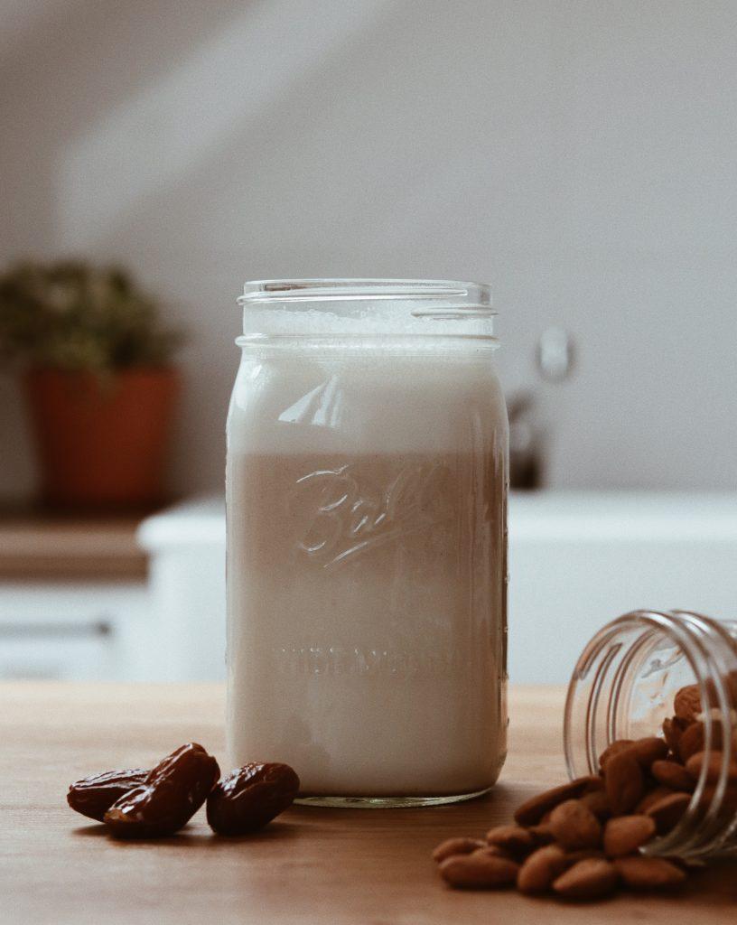 Selbst gemachte Pflanzenmilch aus Mandeln