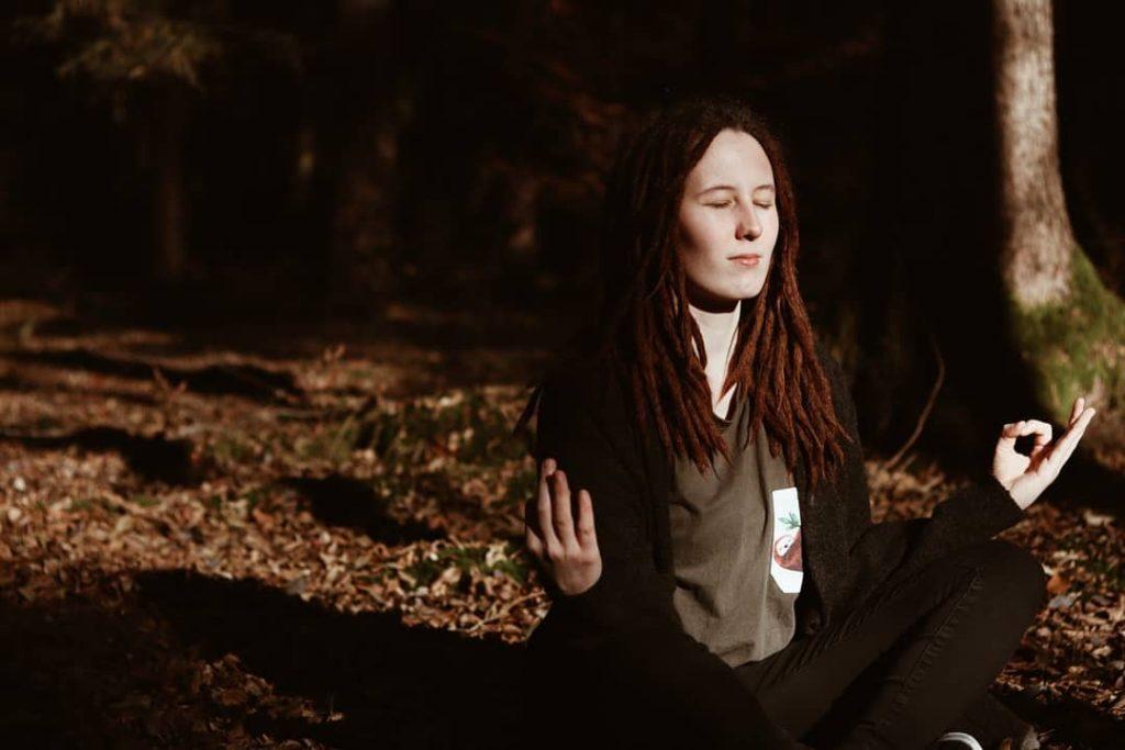 Ich im Wald beim Meditieren